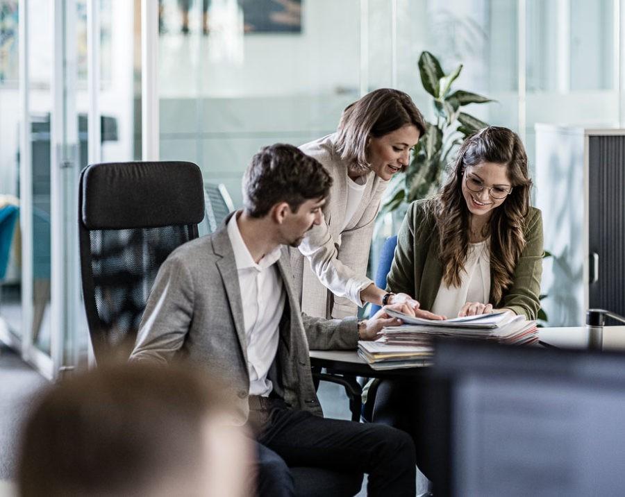 Businessportraits und Workfotografie für Eisendle Versicherungen in eine einzigartigen Bildsprache